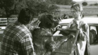 Trener Karl Lewis Miller, jeden z jego Bernardynów oraz Dee Wallace - obrazek