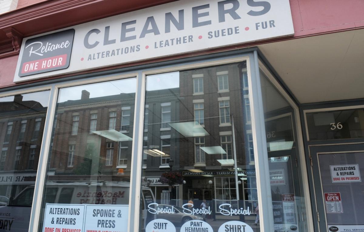 Pusta witryna na Walton Street 36 zaadoptowana na pralnię Reliance - obrazek