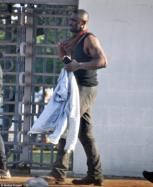 Idris Elba jako Roland (6)