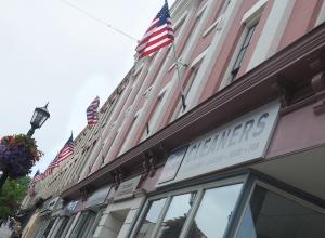 Amerykańskie flagi na ulicach kanadyjskiego miasteczka Port Hope - obrazek