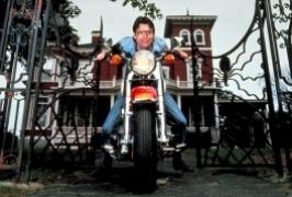 Stephen King przed domem w Bangor, Maine