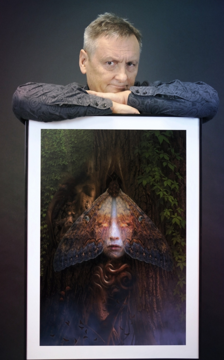 Ryszard Wojtyński z plakatem - obrazek