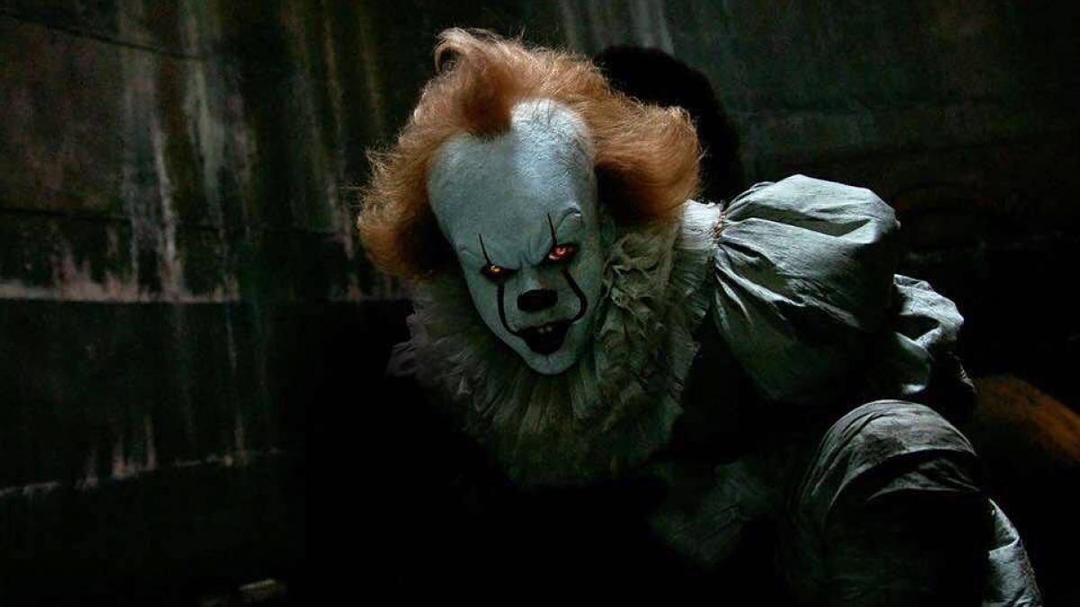 Bill Skarsgård jako Pennywise - kadr z filmu - obrazek